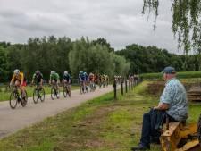 Vanuit de voortuin kijken naar passerende renners bij wielerronde van Horst en Telgt