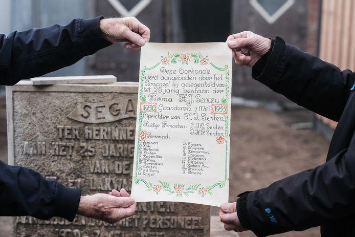 Twee oorkondes uit 1957 zijn gevonden op het voormalige terrein van blikfabriek Senten aan de Rijksweg in Gaanderen, waarvan één met alle namen van de twintig werknemers uit die tijd.