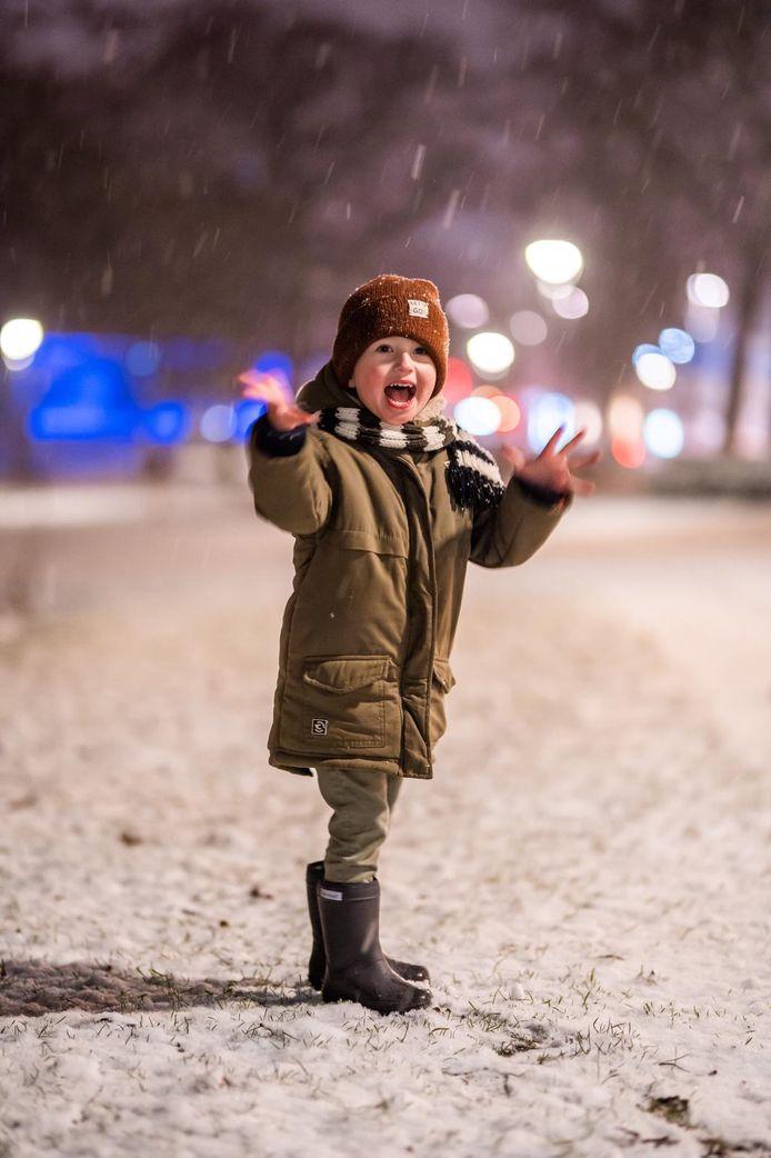 Vos Hensel is blij. De eeste sneeuw van 2021. De eerste sneeuw in zijn leven.