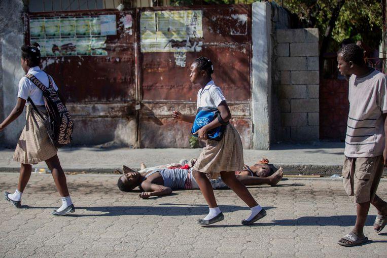 Studenten haasten zich voorbij de lichamen van twee overleden ontsnapte gedetineerden. (25/02/21) Beeld AP