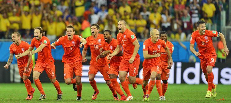 De spelers van het Nederlands elftal na de gewonnen strafschoppenserie tijdens Nederland-Costa Rica op het WK voetbal van 2014. Beeld ANP