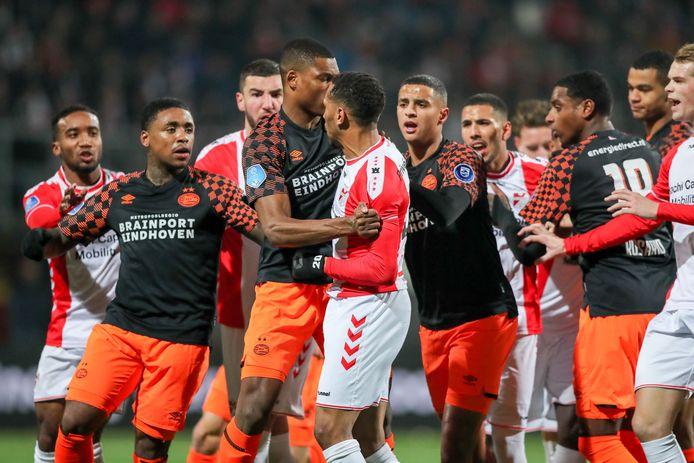 Frustraties bij spelers van FC Emmen - PSV na een overtreding van Glenn Bijl.