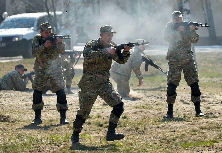 Oekraïnse soldaten trainen op een schietbaan bij Kiev. Beeld afp