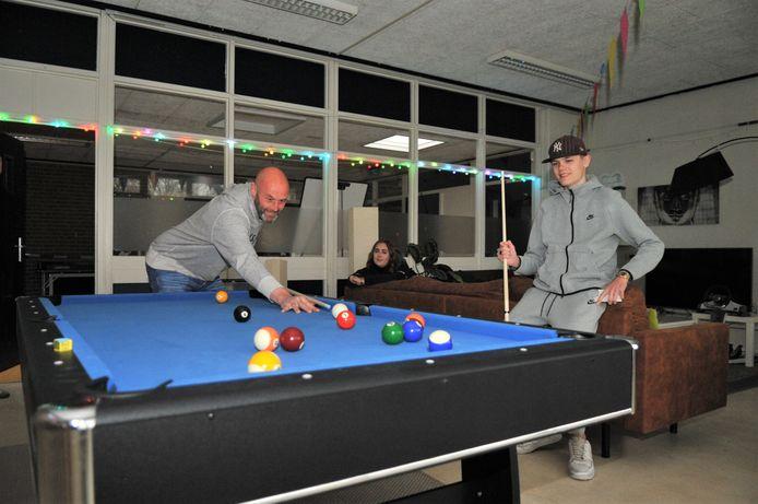 Jongeren in Renkum hebben weer een plek waar ze elkaar kunnen ontmoeten. Renkum voor Elkaar heeft een jeugdhonk geopend in de voormalige Albert Schweitzerschool. Jongerenwerker Leo Jansen is er aan het poolen met een van de aanwezige jongeren.