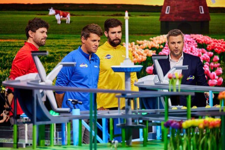 Simon van Nick en Simon, Kees Tol, Nick van Nick en Simon en Winston Gerschtanowitz slaan een knikkerbaan gade. Beeld Talpa