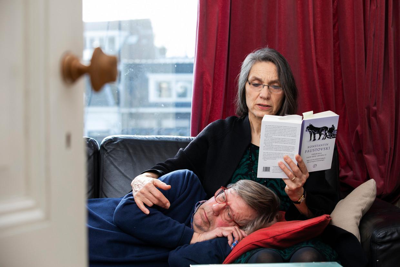 Hadewijch Kapteijn (64) leest haar man Samuel de Lange (72) vaak in het weekend voor. Al 25 jaar. Tijdens hun vakanties in Frankrijk doet ze dit dagelijks. Soms urenlang.