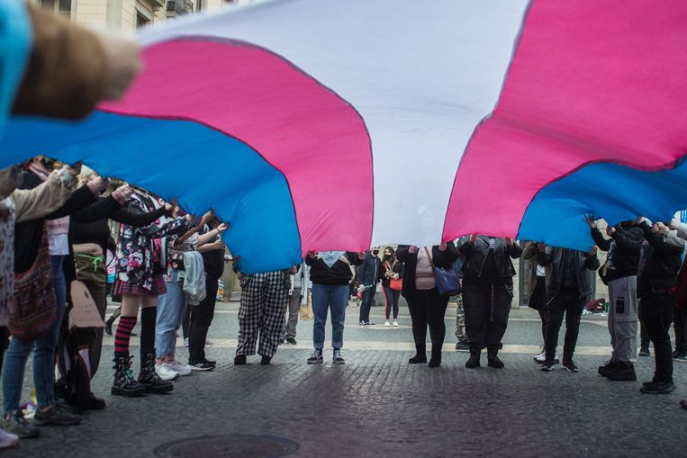 Manifestanten dragen een Trans-Pridevlag, in Barcelona. Beeld Photo News