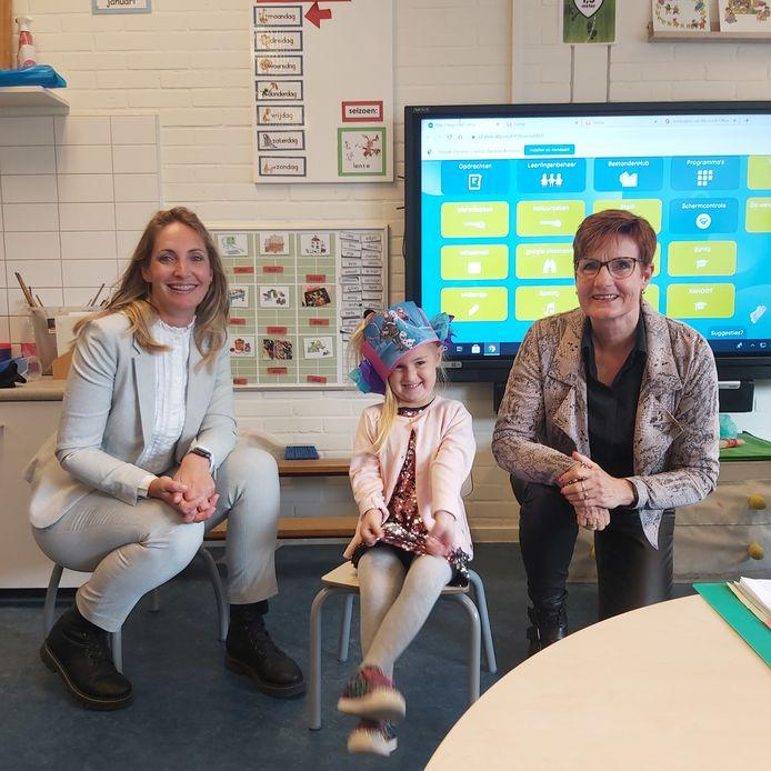Directeur Lesley Vervaart samen met de 400ste leerling Philou en oud directeur Elly Segboer.