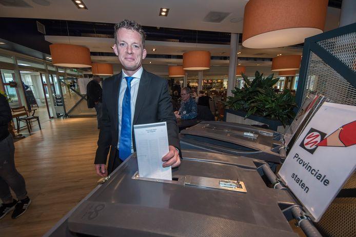 Johan Almekinders, lijsttrekker van Forum voor Democratie, stemt in maart vorig jaar in de De Posten. 'Ik vond opstappen niet nodig'