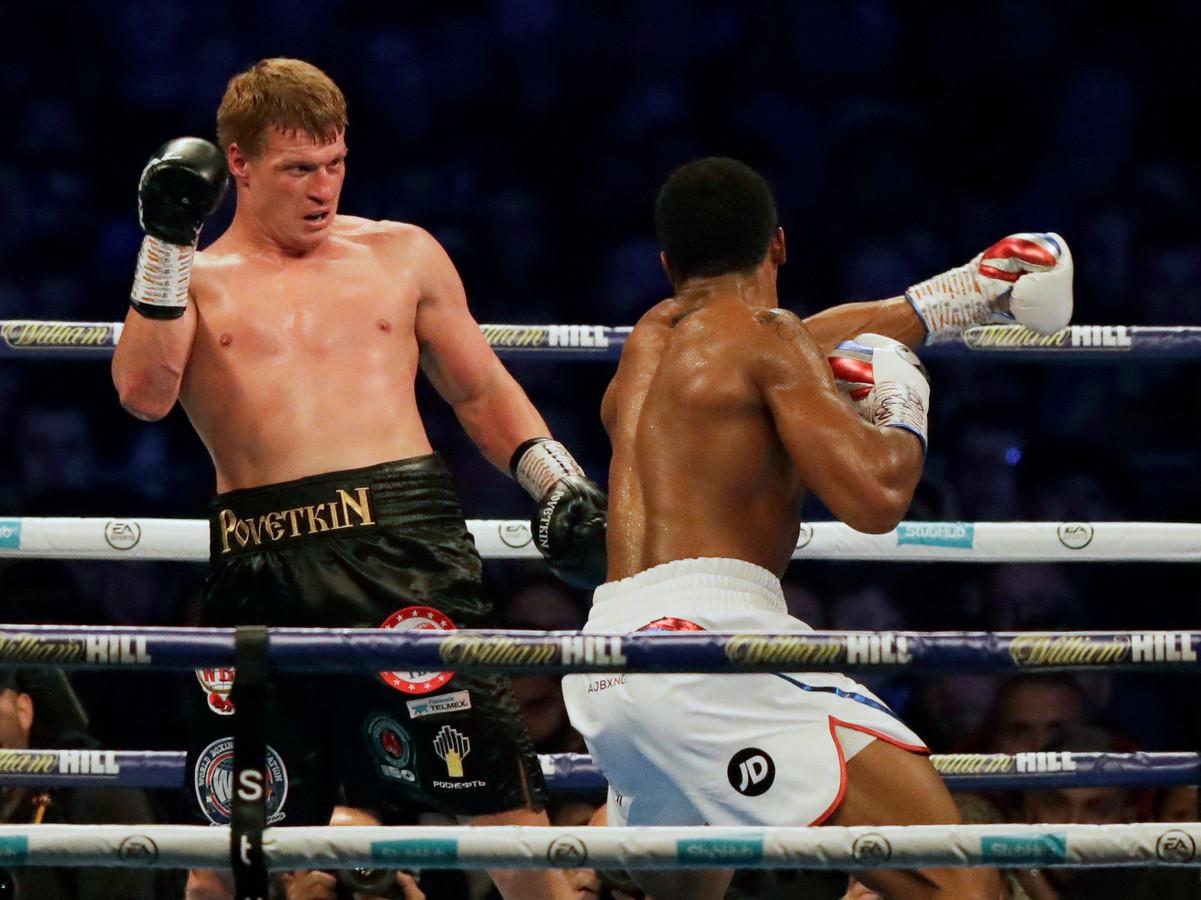 De Russische bokser Alexander Povetkin (links) ontwijkt een linkse hoek van de Britse bokser Anthony Joshua, rechts, in hun WBA-, IBF-, WBO- en IBO-zwaargewicht titelgevecht in het Wembley Stadium in Londen, zaterdag 22 september 2018.