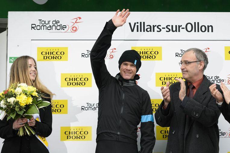 Chris Froome neemt de felicitaties in ontvangst. Beeld AFP