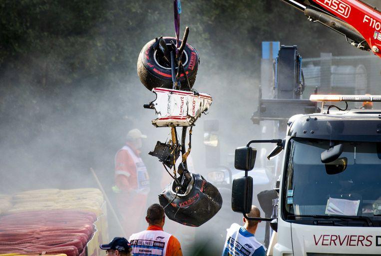 Een deel van het autowrak van Juan Manuel Correa van Sauber na de vreselijke crash. Beeld ANP
