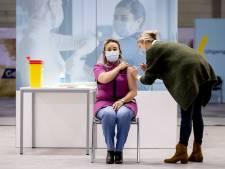 Eerste prik tegen corona is gezet in Veghel, gevaccineerde voelt zich 'supergoed'