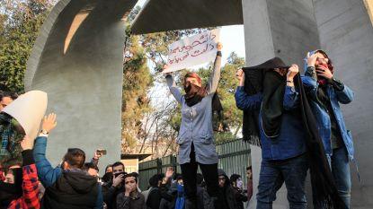 Weerstand tegen hoofddoek groeit in Iran: politie arresteert 29 mensen tijdens protestactie