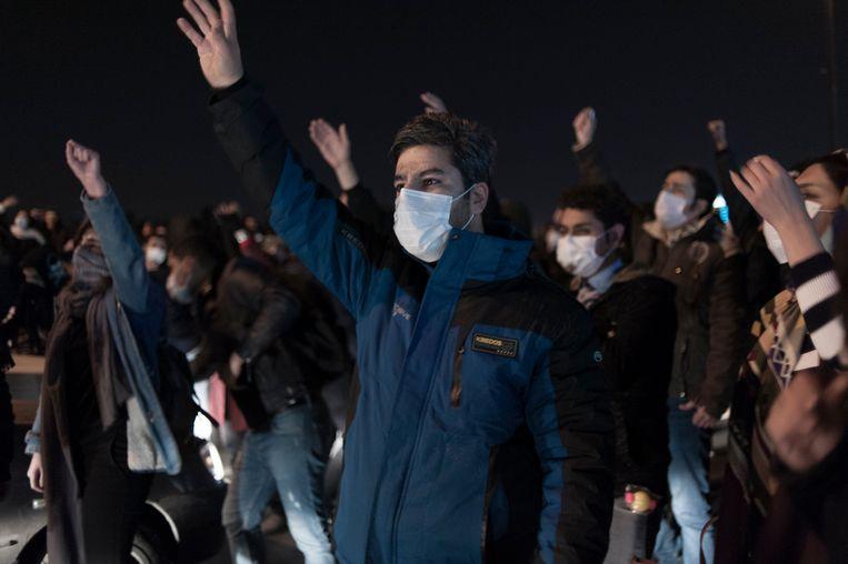 Iraniërs trekken de straat op in Teheran.  Beeld Photo News