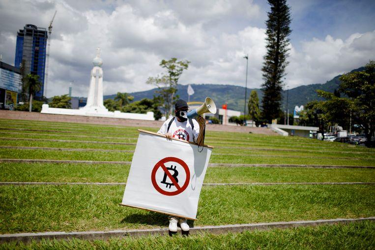 Een Salvadoraanse man demonstreert tegen de komst van Bitcoin als wettig betaalmiddel. Beeld REUTERS