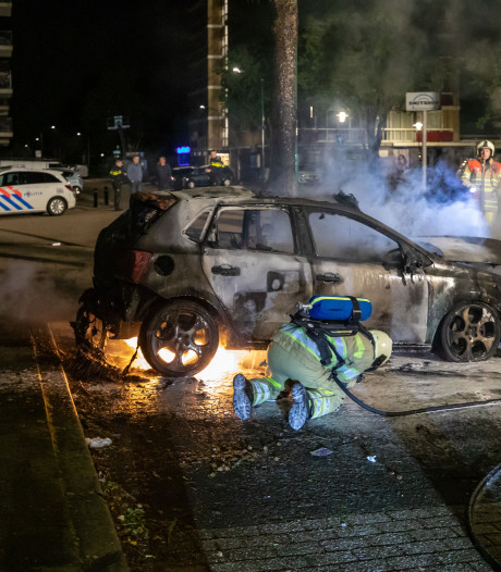 Brand verwoest auto in Soest: vuur aangestoken