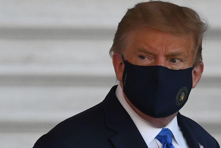 Trump in oktober vorig jaar bij het vertrek naar het Walter Reed Military Medical Center, nadat hij positief testte op Covid-19. Beeld AFP