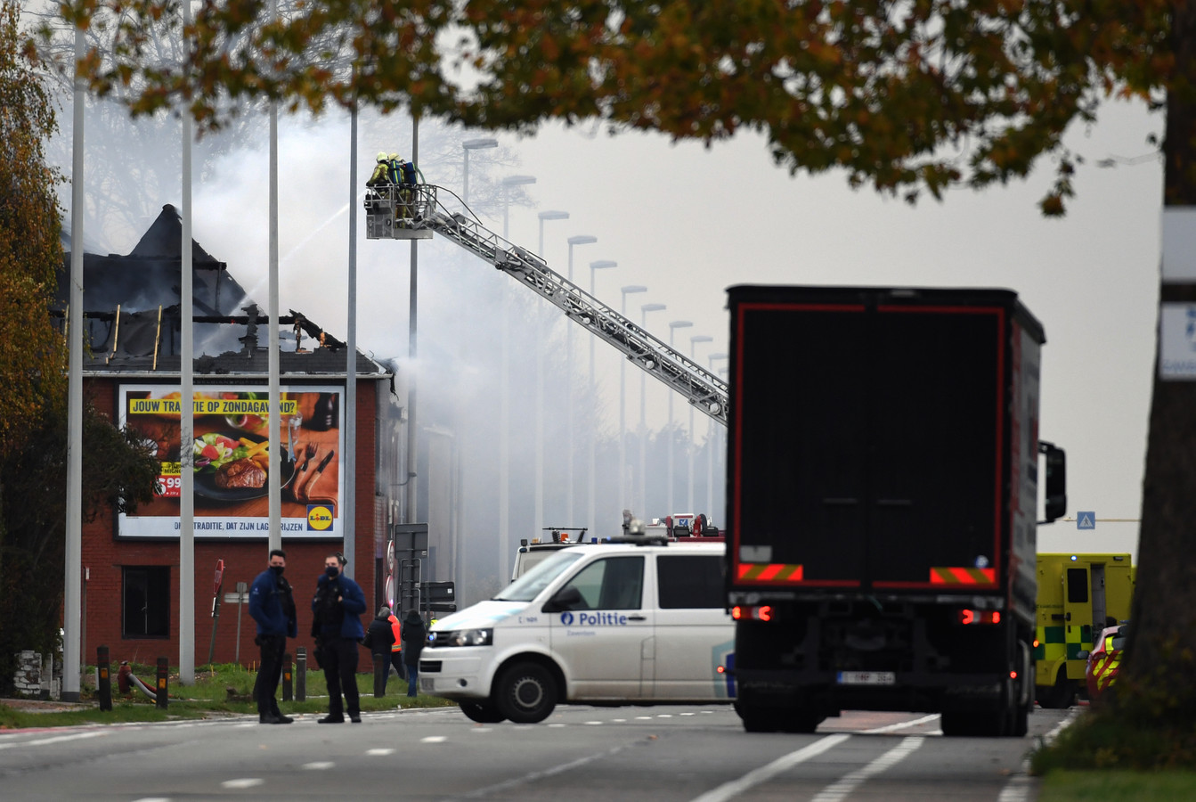 Leuvensesteenweg in Kortenberg afgesloten na uitslaande woningbrand.