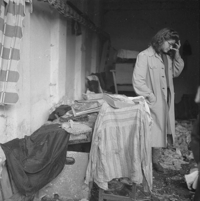 Deze week binnengekomen: Weina Berghege kijkt naar de ravage in de garage van een grote villa aan de Utrechtseweg in Oosterbeek, nadat ze daar na de bevrijding in 1945 is teruggekeerd. Op de plek van de villa is nu een Albert Heijn te vinden.