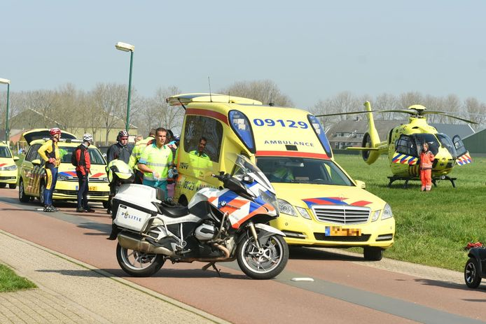 Traumahelikopter en ambulances rukken uit voor gewonde wielrenner.