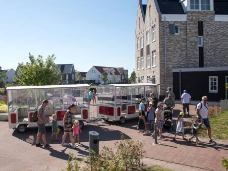 Dit toeristentreintje rijdt dwars door straat in Harderwijk, tot ergernis van bewoners: 'Zag kind in bosjes plassen'