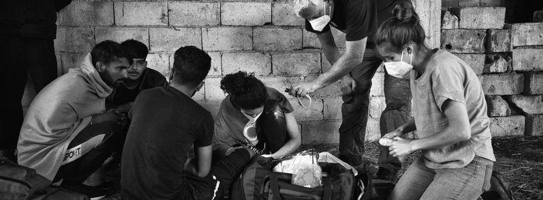 Arts Peter Scholten helpt vluchtelingen bij de Bosnisch-Kroatische grens. Beeld Eddy van Wessel