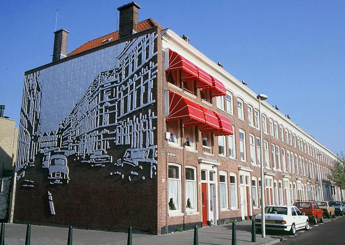 Het tegelreliëf verbeeldt de Teniersstraat van voor de stadsvernieuwing.