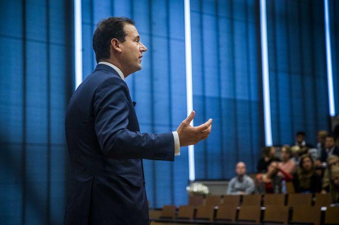 Minister van Sociale Zaken en vice-premier Asscher vreest dat robotisering veel banen kan gaan kosten in Nederland. Vandaar dat hij namens het Kabinet de SER om raad vroeg.