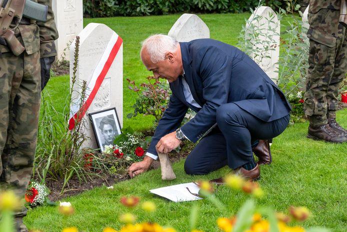 Mateusz Mróz gaf de Poolse soldaat Edward Trochim na vijftien jaar onderzoek zijn naam terug. Vrijdagmiddag pakte de onderzoeker wat aarde om dat mee te nemen naar Polen, naar het graf van de moeder van Trochim.