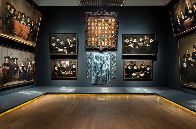 Werk van Natasja Kensmil gecombineerd met groepsportretten uit de 17de eeuw, in de Museum Amsterdam-vleugel van de Hermitage. Beeld Amsterdam Museum