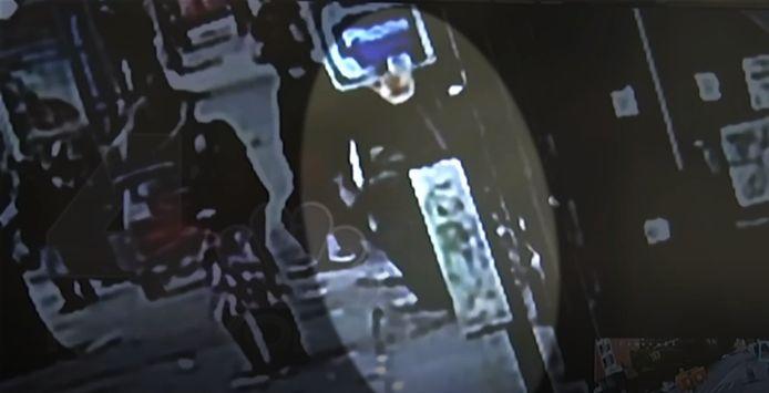 Een man zakt dwars door de stoep, zo in een rattenhol.