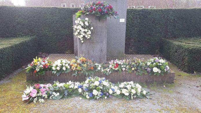 Bloemenhulde ook bij het herdenkingsmonument in Beek en Donk.