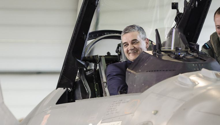 Minister van Defensie Steven Vandeput op de basis van Florennes. Beeld BELGA