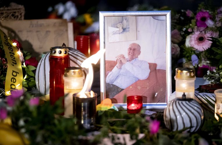 Bloemen en kaarsjes tijdens de herdenking van Jan Kruitwagen in de Spijkerstraat in Arnhem.  Beeld ANP