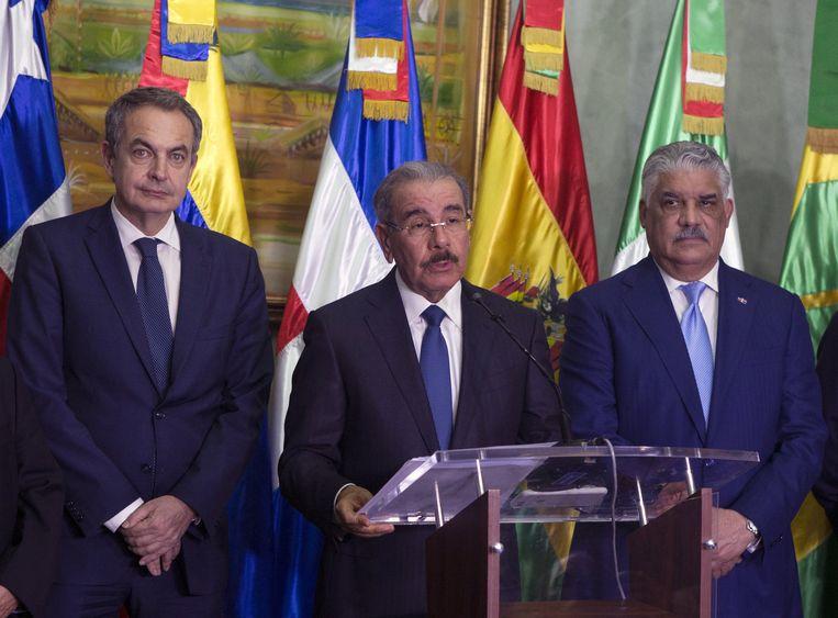 Dominicaans president Danilo Medina (midden), voormalig Spaans premier Jose Luis Rodriguez Zapatero (links) en Dominicaans kanselier Miguel Vargas (rechts) op 2 december 2017.  Beeld EPA