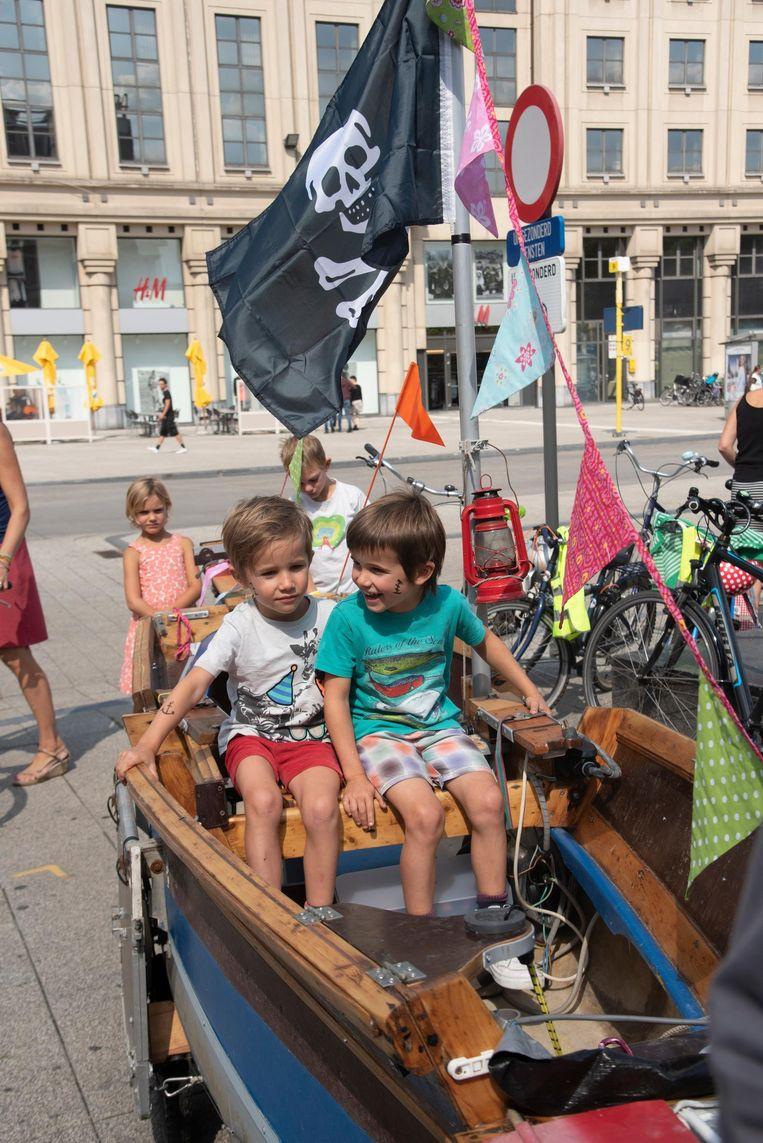Twee kleine piraten op de fiets.