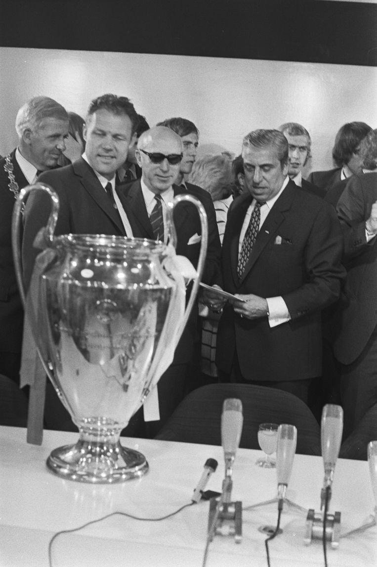 Ajaxvoorzitter Van Praag (r) had in 1971 al de Europacup gehaald.   Beeld Anefo / Nationaal Archief