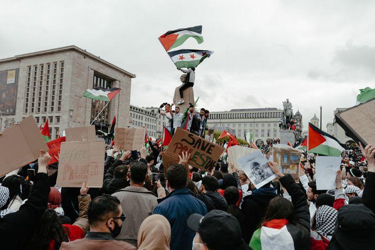 Een eerste telling van de Brusselse politie omstreeks 16.00 uur schatte het aantal betogers op 3.000, maar dat werd later bijgesteld tot ongeveer het dubbele.  Beeld Damon De Backer