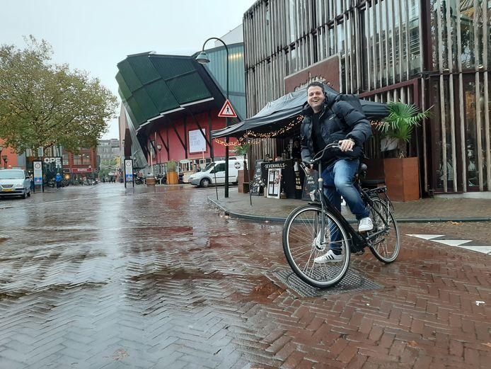 Jarl Broekhuizen springt lachend op de fiets. De gasten van SevenHills kunnen hun maaltijden tegenwoordig laten bezorgen. Weer of geen weer.