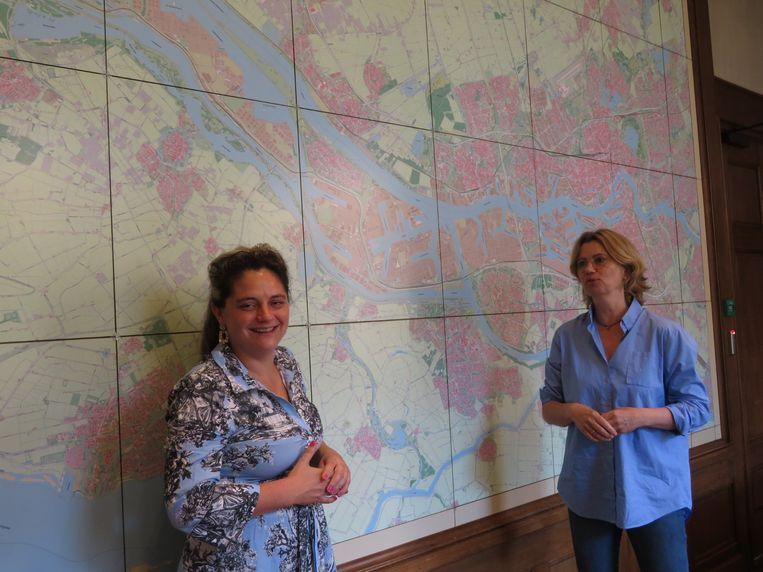 Kathmann (links) en Vermeij bij de kaart van Rotterdam in de Churchillzaal Beeld