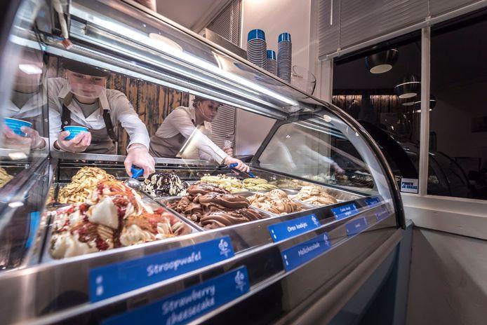 Door de populariteit van avondwandelingetjes is het bij Zuliani's Gelato in de Zoetermeerse Dorpsstraat veel drukker.
