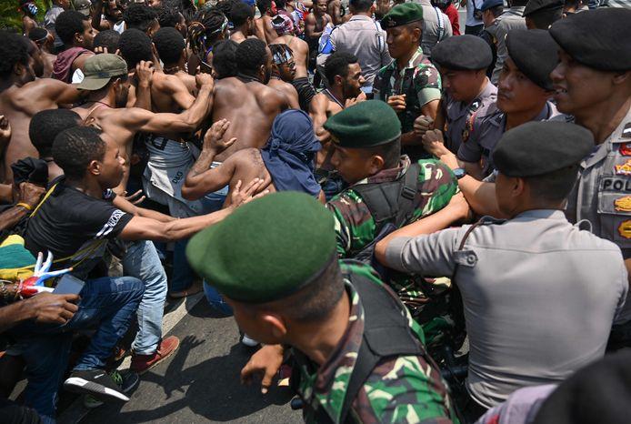 Studenten van de universiteit van Soerabaja tijdens een opstand eerder deze maand