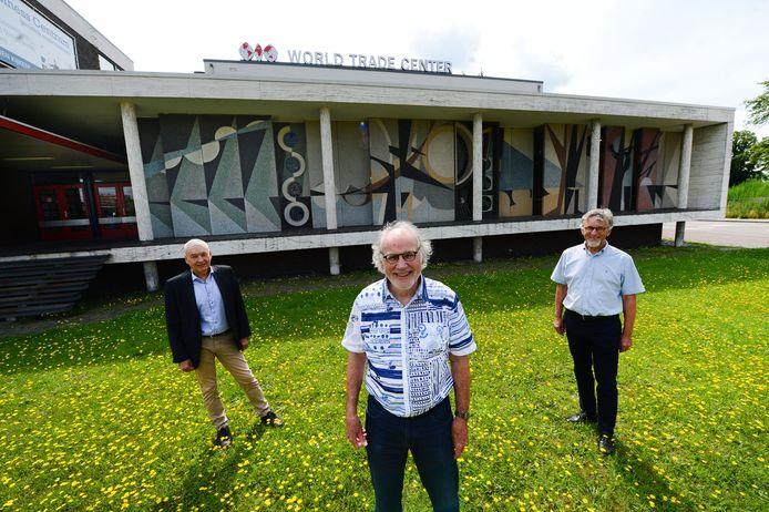 Hans de Gruil (vooraan) neemt afscheid van de Hengelose Erfgoedcommissie. Hij is opgevolgd door Harm van Egmond (rechts). Vanaf begin volgend jaar is Dick Schlüter de voorzitter.