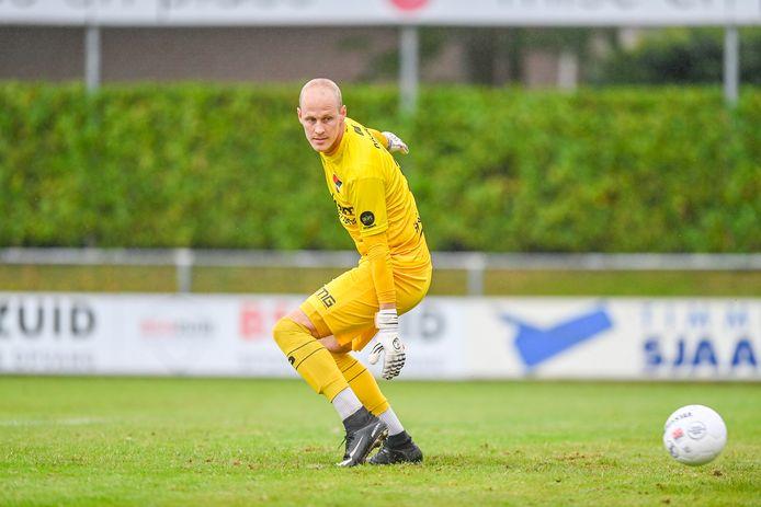 Niels Kornelis kijkt een bal naast namens De Treffers tegen AFC.