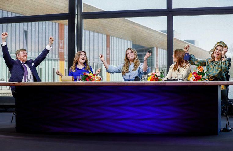 De Koninklijke familie juicht na het doen van een quiz tijdens de ingetogen Koningsdag in Eindhoven in 2021.  Beeld ANP