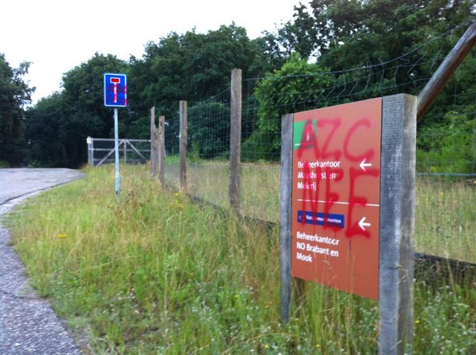 Informatie- en verkeersborden aan de Slabroekseweg in Nistelrode zijn beklad als protest tegen een azc.