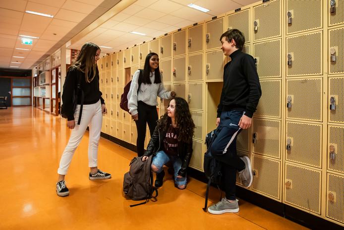 Janina, Alisha, Noa en Nigel zijn leerlingen van het Stormink. Tot nu toe moeten kinderen na het tweede leerjaar naar de Marke, maar nu gaat het Stormink ook eindexamens vmbo-t geven.