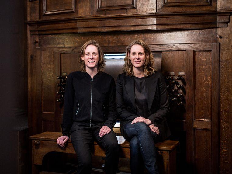 Judith en Tineke Steenbrink op de orgelbank in de basiliek van Boxmeer. Beeld Wouter Jansen