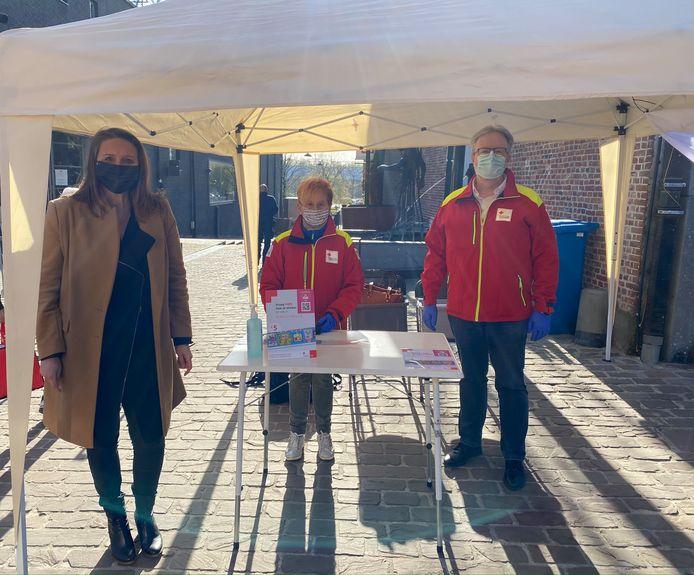Burgemeester Gwendolyn Rutten bracht vanochtend een bezoekje aan de stand van het Rode Kruis te Aarschot.